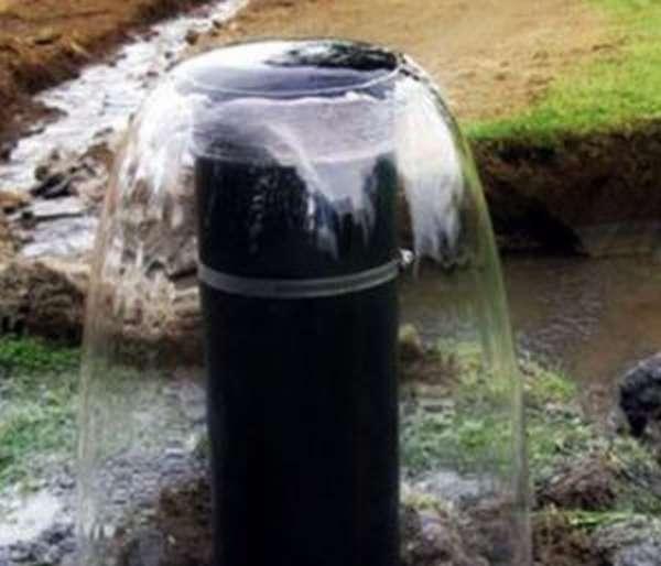 Вода бурлит из трубы