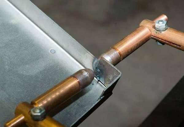 Иногда клещи изготавливаются из кусочков медных труб, скрепленных вот так просто с помощью шурупов.