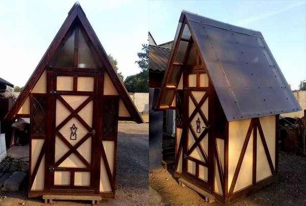 На фото дачного туалета своими руками видны преимущества совместного применения традиционных и ультрасовременных материалов