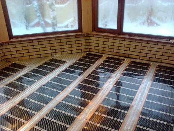 Застекленная лоджия при правильном расположении пленки может стать дополнительной комнатой