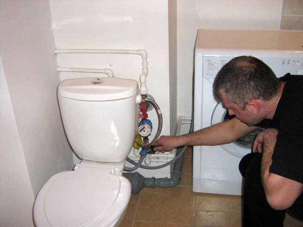 Достаточно отключить только холодную воду (синий краник)