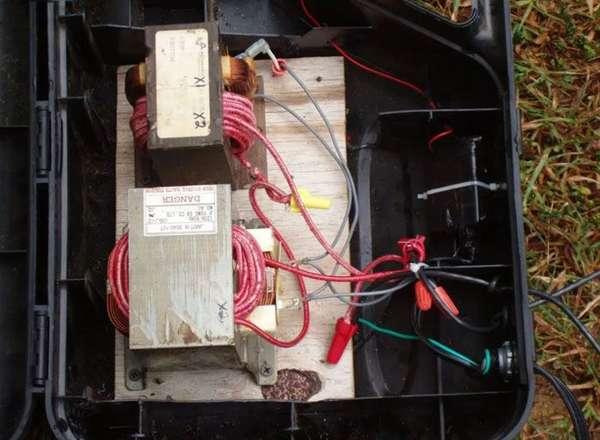 Если вам необходимо создать прибор большей мощности, то несколько трансформаторов придется соединять в одну цепь. Как это сделать, мы покажем позже.