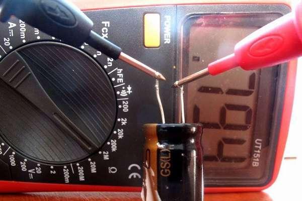 При наличии соответствующего режима (специальных гнезд) емкость конденсатора измеряют мультиметром