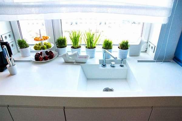 Кухонная раковина у окна не требует дополнительной подсветки