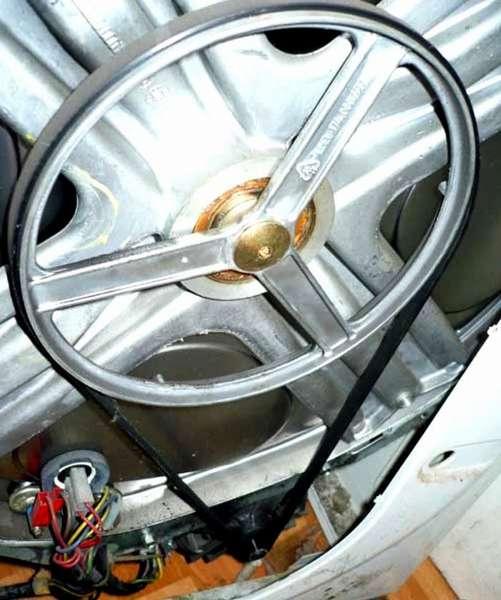 В классическом варианте применяют ременной привод. Двигатель устанавливается в нижней части стиральной машины с сушкой на пружинных опорах. Такое решение уменьшает уровень вибраций, повышает устойчивость