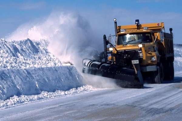 Жилищно-коммунальные службы используют для расчистки снега большие снегоуборочные машины