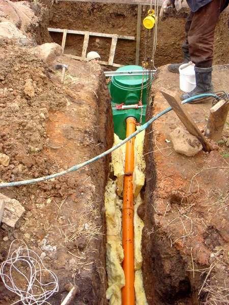 Многие утепляют канализационные трубы минеральной ватой – довольно неплохое решение