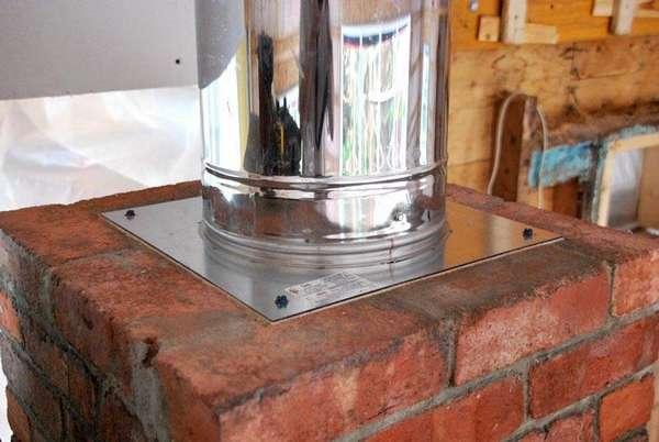 Пример аккуратного соединения кирпичного и металлического дымоходов