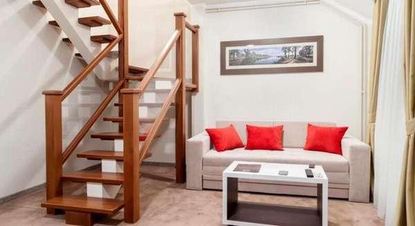 С помощью стационарной циркулярной пилы можно сделать лестницу на мансарду, напольное покрытие, раму для картины и мебель, другие уникальные деревянные изделия
