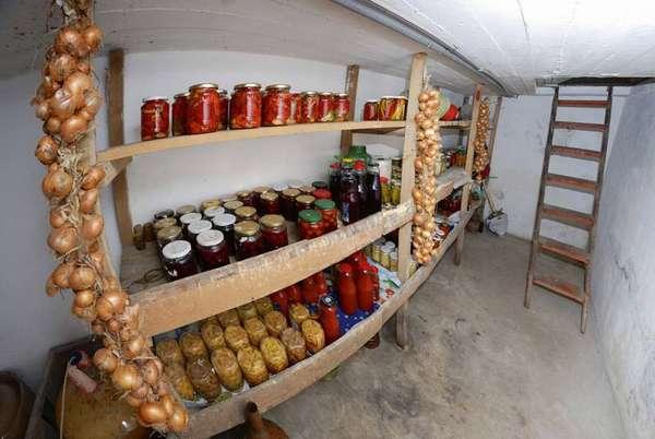 Разумное решение – пространство под гаражом часто используют для строительства многофункционального погреба