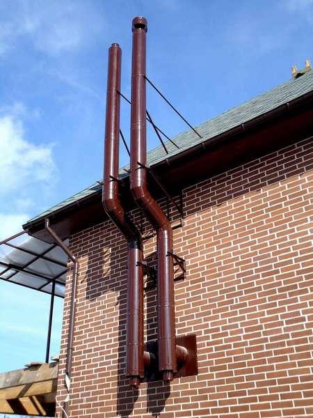 Пример надежного крепления трубы к наружной стене здания