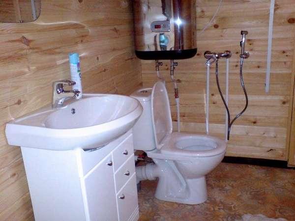 Туалет в доме на даче с канализацией не отличается внешне и функционально от классического «городского» аналога