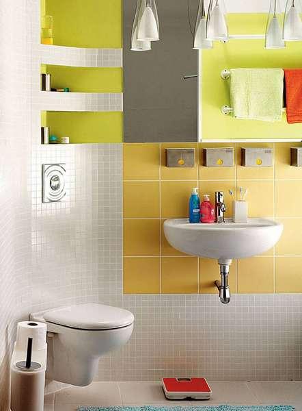 Полки над угловым подвесным унитазом – отличное решение для маленькой ванной комнаты