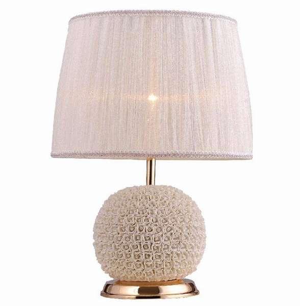 Нежный настольный светильник в классическом стиле с декоративными цветочными элементами и позолоченным основанием