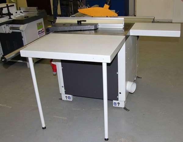 Рабочую поверхность сбоку и сзади расширяют с помощью приставных столиков на опорах