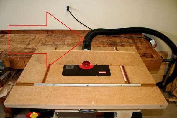 К рабочей зоне гофрированным шлангом подключают строительный пылесос для автоматизированного удаления опилок