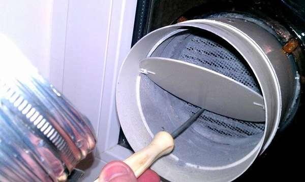 Устройство естественной вентиляции в гаражес обратным клапаном