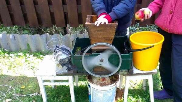 По аналогичной схеме можно сделать из двигателя от стиральной машины соковыжималку или корморезку