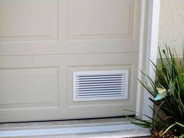 Поступление свежего воздуха можно сделать, врезав такие решетки в дверное полотно