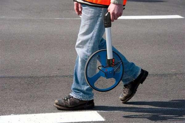 Курвиметр-колесо часто используется дорожными службами в работе