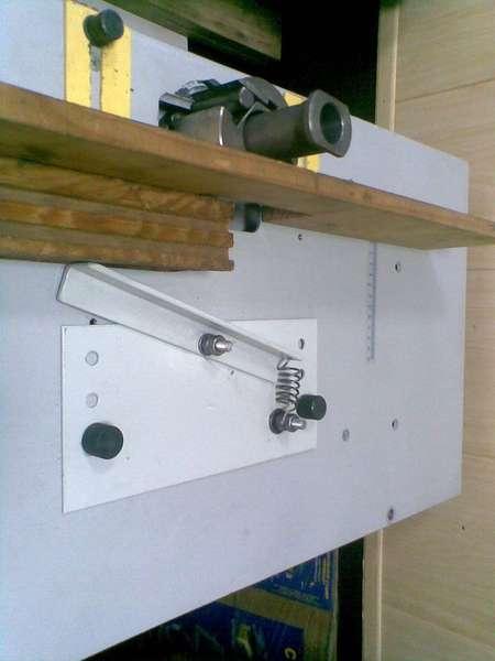 Такой универсальный прижимной узел можно использовать для оснащения фрезера и циркулярной пилы