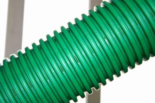 Пластиковая дренажная труба обладает значительными преимуществами по сравнению с перечисленными выше вариантами