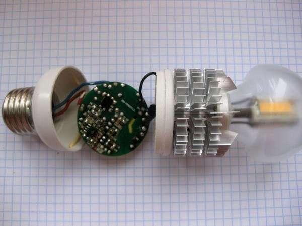 В этом примере нижняя часть корпуса отсоединяется без лишних сложностей, что упрощает ремонт светодиодной лампы