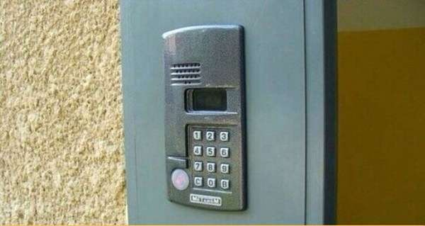 Возможность открыть тот или иной домофон без ключа зависит от его прошивки