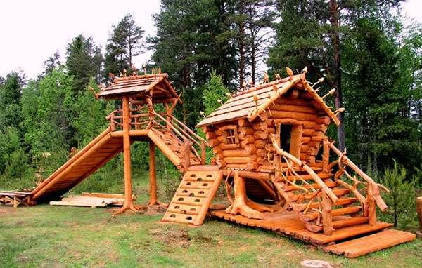 деревянный домик на детской площадке