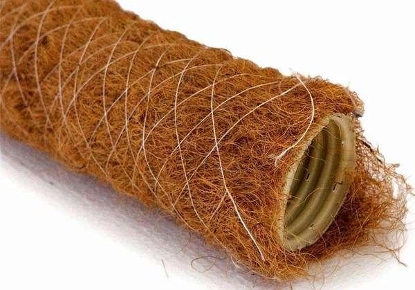 Кокосовые волокна, закрепленные на трубе полимерной бечевкой