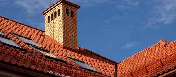 Строгий кирпичный дымоход отлично подчеркнет классический архитектурный стиль здания
