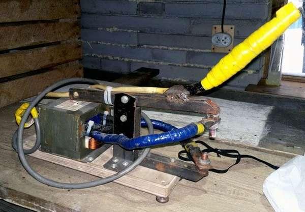 Для тех, кто сомневается, можно ли сделать прибор в домашних условиях – это фото прибора точечной сварки из трансформатора микроволновки.