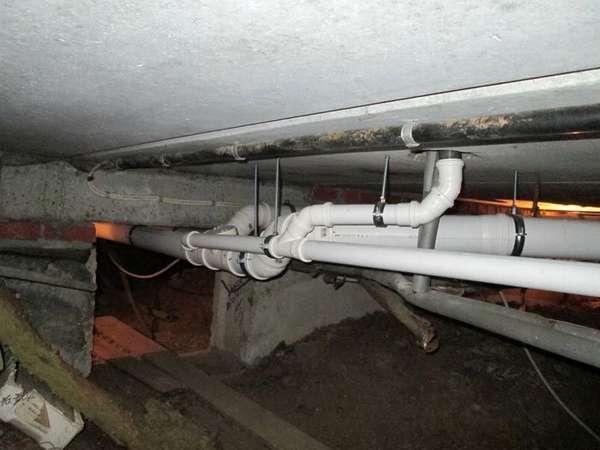 Разводка труб канализации в подвале должна быть качественной и аккуратной