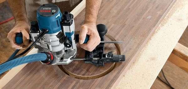 Такой ручной инструмент подходит для вырезания отверстий в прочных плитах ДСП