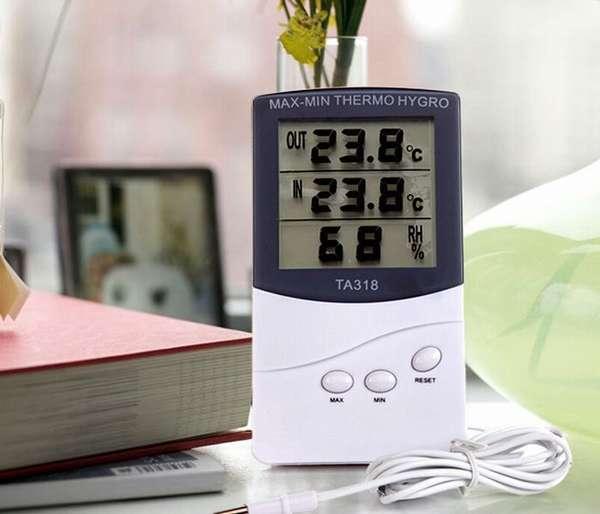 Они измеряют температуру дома и на улице, а так же влажность воздуха в процентах
