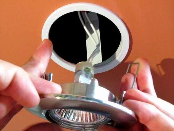 Чтобы установить точечные светильники, никаких закладных не требуется – они вешаются на полотно потолка