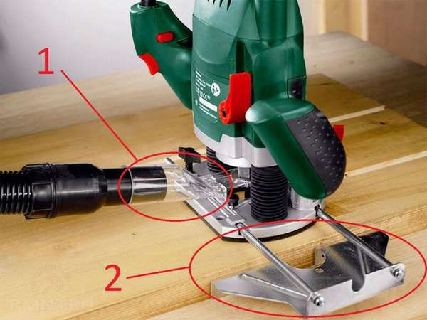 Через специальный патрубок подключают пылесос для удаления опилок и своевременной очистки рабочей области. Таким упором устанавливают и поддерживают точное расстояние от фрезы до кромки заготовки