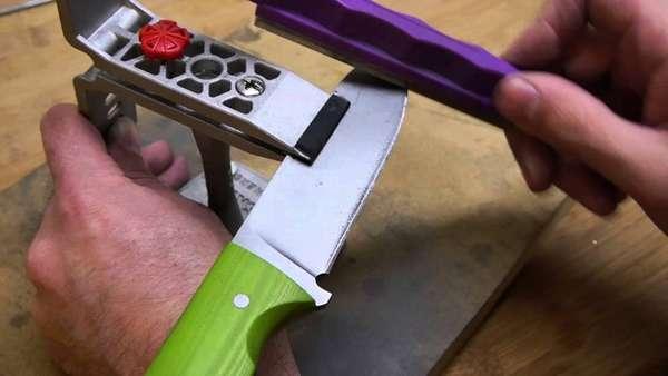 Для того чтобы клинок не соскальзывал, мусат оснащён специальным стопором или гардой, которая не позволяет лезвию поранить руку