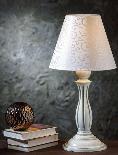 Лампа с резной деревянной ножкой, выкрашенной в белый цвет и строгим белым абажуром