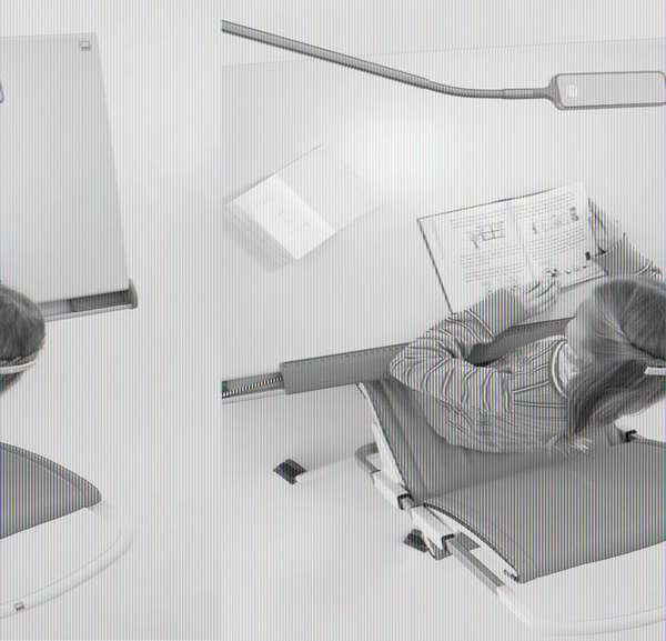 Струбцинный осветительный прибор со светодиодами создает мягкий рассеянный свет, что не влияет на зрение ребенка