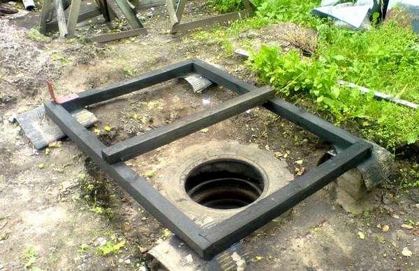 Установка каркаса пола выше ямы из бетонных колец