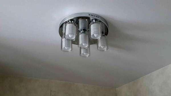 Более тяжелые люстры требуют установки закладной перед монтажом натяжного потолка