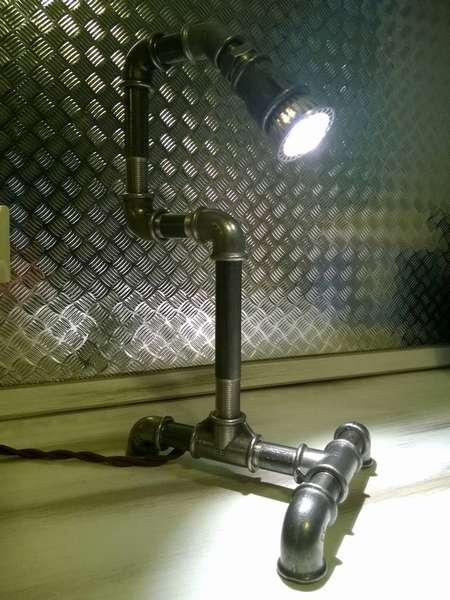 Индустриальная настольная лампа из труб, декорированная под металл, прекрасно впишется в интерьер в стиле Лофт