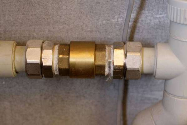 Обратный клапан спускника спасет пластиковые трубы от гидроударов