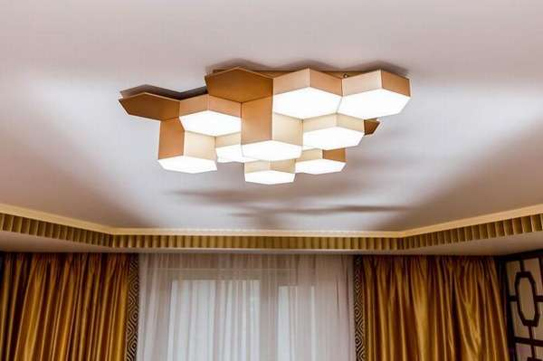 Даже такие громоздкие люстры можно установить на подвесном потолке