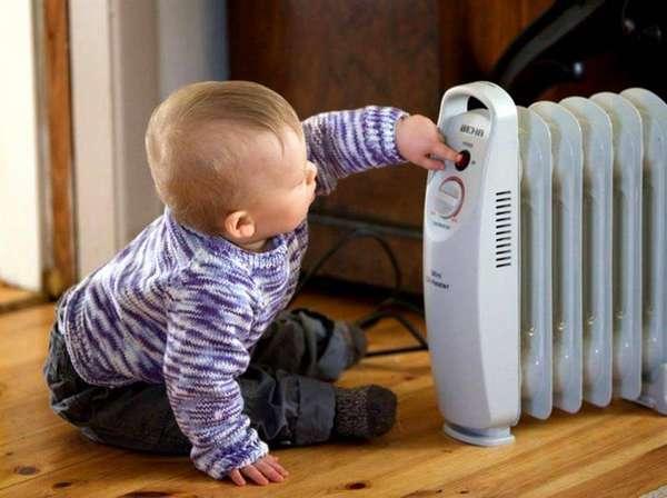 Берегите детей от включенного масляного обогревателя