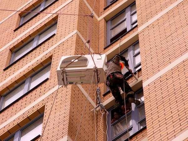 Для монтажа наружных блоков в некоторых случаях приходится нанимать промышленных альпинистов