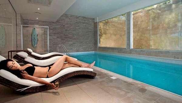 Пленочный теплый пол вполне пригоден для оснащения бассейнов, ванной комнаты, других помещений с повышенным уровнем влажности