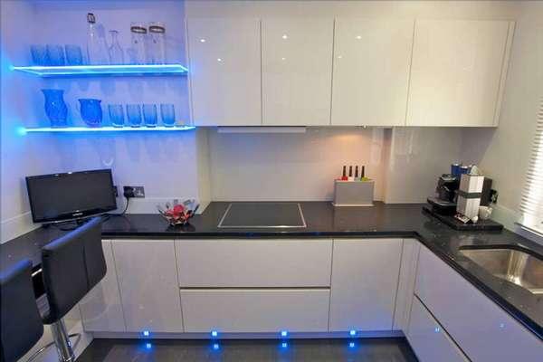 Возможно использование односторонних лент на кухне там, где нет прямого контакта с водой