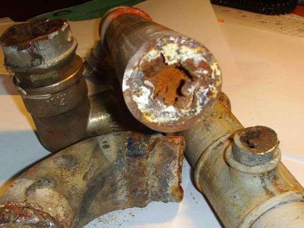 При демонтаже чугунных труб явно просматривается засор технологического характера
